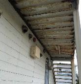 白石区アパートの鉄骨階段の塗装工事の様子